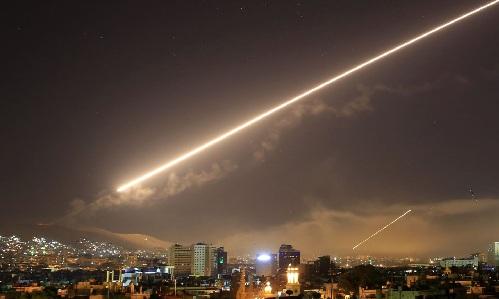 Bầu trời Syria sáng rực vì tên lửa của liên quân Mỹ - Anh - Pháp trong cuộc tấn công ngày 14/4. Ảnh: AP.
