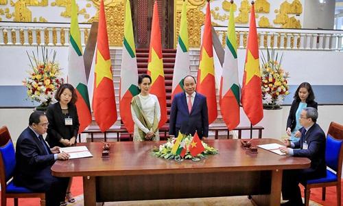 Thủ tướng Nguyễn Xuân Phúc và Cố vấn Nhà nước Myanmar chứng kiến lễ ký kết văn kiện. Ảnh: Giang Huy.