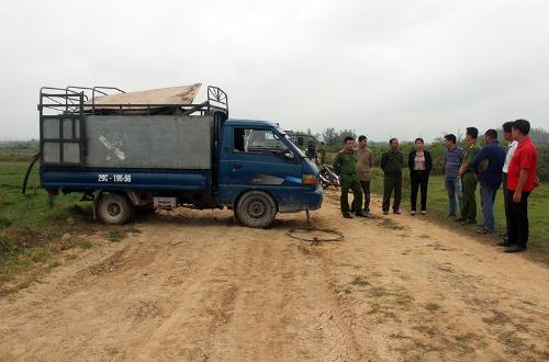 Chiếc xe tải đang đổ trộm nước thải ra môi trường thì bị cảnh sát bắt giữ. Ảnh: Hữu Việt