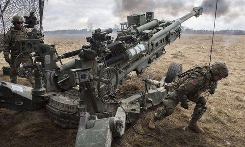 Pháo binh Mỹ huấn luyện bắn đạn thật. Ảnh: Pinterest.