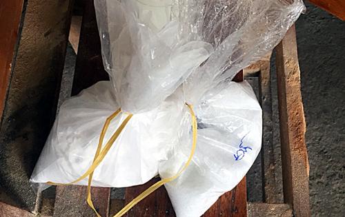 cảnh sát tịch thu 4,5 kg hóa chất màu trắng, không rõ nguồn gốc. Ảnh: X.M.