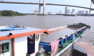 Hai sà lan tông nhau trên sông Sài Gòn, ba người thoát chết