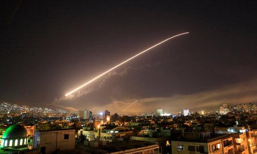 Tên lửa phòng không Syria phóng lên bầu trời Damascus sáng ngày 14/4. Ảnh: AP.