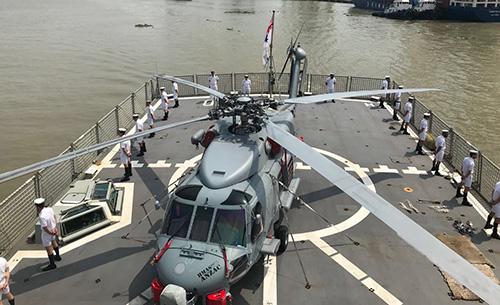 Sân đỗ trực thăng trên tàu khu trục HMAS ANZAC.
