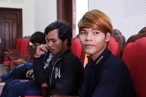 Phu vàng mất tích là em trai của Hồ Văn Hinh (bên phải). Hinh nói giờ chỉ mong em trai về nhà bình an. Ảnh: Hoàng Táo