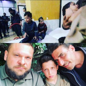 Cậu béHassan Diab trong video của Tổ chức White Helmet (ảnh trên) công bố hôm 8/4và chụp với hai phóng viên Nga (ảnh dưới) thực hiện phóng sự phát sóng ngày 17/4. Nguồn:Sputnik.