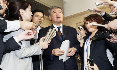 Ông Junichi Fukuda trả lời báo chí về cáo buộc quấy rối tình dục nhiều nữ phóng viên hôm 18/4. Ảnh: Kyodo News.