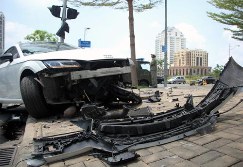 Chiếc Audi nát bươm phần đầu sau tai nạn. Ảnh: Sơn Hòa