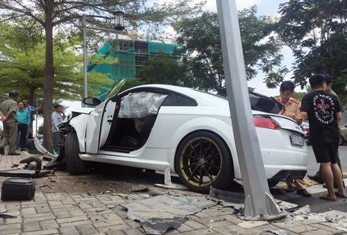 Ôtô Audi nát đầu sau tai nạn ở Sài Gòn