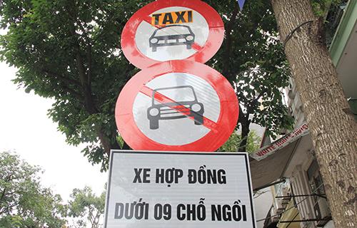 Taxi và xe hợp đồng dưới 9 chỗ bị cấm trên nhiều tuyến phố Hà Nội. Ảnh: Anh Tú