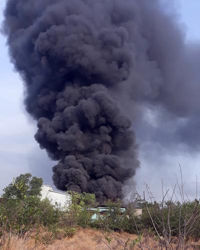 Cột khói đen cao hàng trăm mét từ đám cháy. Ảnh: Tin Tin