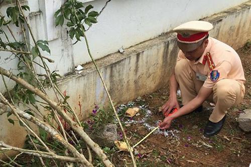 Cơ quan chức năng làm việc tại trường Tiểu học Vân Hồ (tỉnh Sơn La) để làm rõ vụ giáo viên lùi xe vào học sinh. Ảnh: Dân Việt.