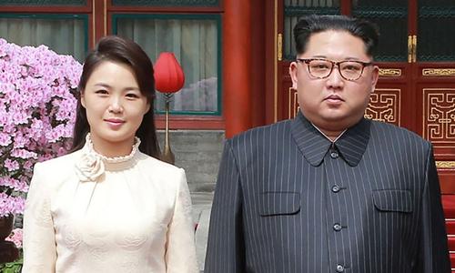 Lãnh đạo Triều Tiên Kim Jong-un và vợ,Ri Sol-ju tại Trung Quốc hồi tháng ba. Ảnh: Reuters.