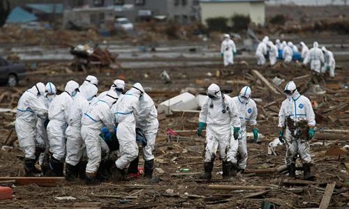 Cảnh sát và quân đội Nhật Bản tham gia chiến dịch tìm kiếm các nạn nhân trong vòng bán kính 20 cây số từ lò phản ứng hạt nhânFukushima Dai-ichi, hồi tháng 4/2011. Ảnh: AP.
