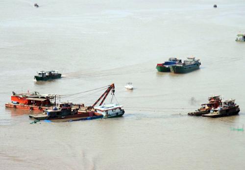 Đến 15h30, sà lan bị chìm đã được trục vớt thành công, đang đưa vào bờ.
