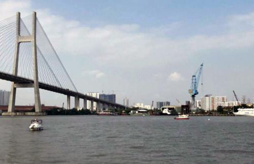 Sà lan 200 tấn chìm dưới chân cầu Phú Mỹ