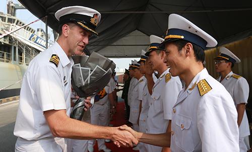 Thủy thủ đoàn nhận hoatừ Hải quân Việt Nam. Ảnh: Như Quỳnh