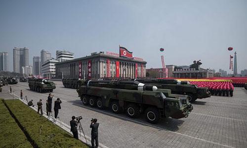 Quân đội Triều Tiên phô diễn tên lửa trong một cuộc diễu binh ở quảng trườngKim Il-sung tại thủ đôBình Nhưỡng. Ảnh: AP.
