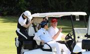 Trump lái xe đưa Abe đi đánh golf