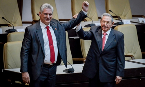 Ông Raul Castro (phải) nắm tayông Miguel Diaz-Canel sau khi ông này được bầu làm Chủ tịch Cuba. Ảnh:AFP.
