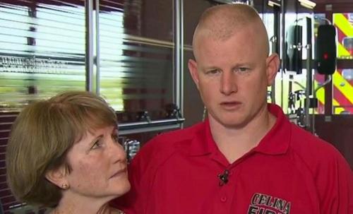 Needum ôm mẹ đứng trả lời phỏng vấn báo chí hôm 19/4. Ảnh: CNN.