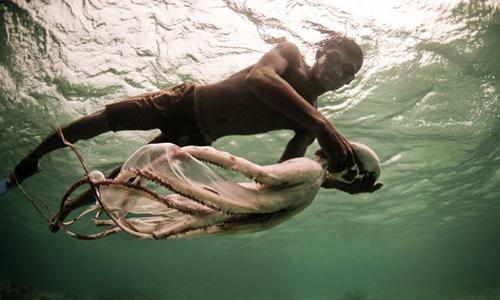 Người Bajau có thể lặn tự do rất sâu.Ảnh:James Morgan.