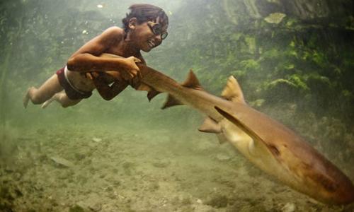 Một chuyến lặn xuống nước để bắt cá của người Bajau.Ảnh:James Morgan.