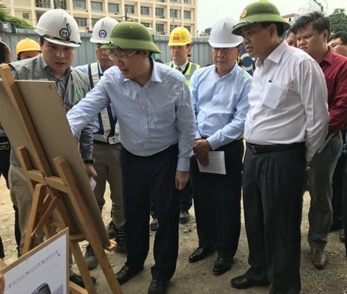 Phó thủ tướng Vương Đình Huệ đi kiểm tra dự án chiều 20/4. Ảnh: Võ Hải.
