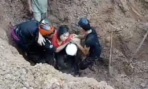 Hàng chục người cứu vợ chồng bị chôn vùi dưới đất