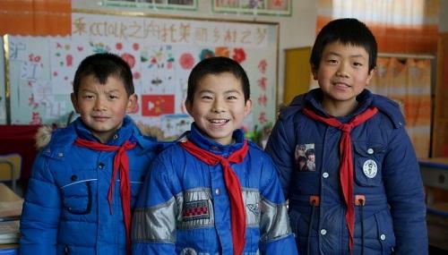 Ba học sinh duy nhất trong trường tiểu học ở làng Lumacha. Ảnh: SCMP.