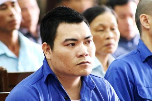 Ngay sau khi Tòa cấp caotuyên y án 9 năm tù, bị cáo giết người Bùi Xuân Độ quay lại khán phòng lăng mạ, đe dọa xử cả gia đình nạn nhân sau ngày ra tù. Ảnh: Giang Chinh