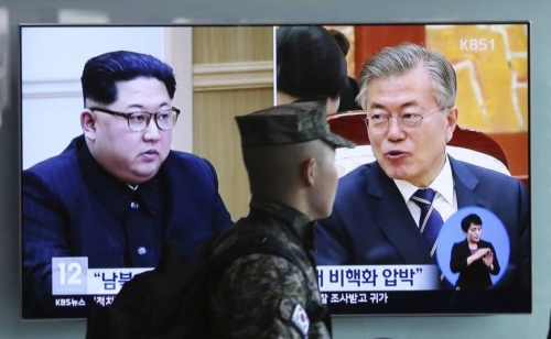 Hình ảnh Tổng thống Hàn Quốc Moon, phải, và nhà lãnh đạo Triều Tiên Kim Jong-un trên truyền hình. Ảnh: Japan Times.