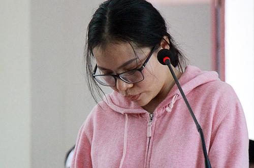 Bị cáo Phan Thị Huyền cúi gằm mặt suốt phiên tòa. Ảnh: Nguyễn Khoa