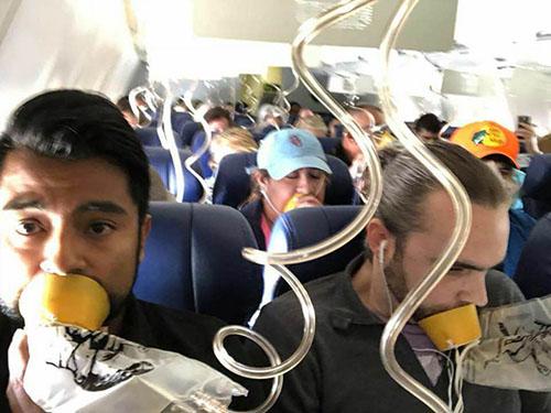 Bức ảnh hành khách Marty Martinez chụp khi chiếc máy bay Boeing 737 của hãng Southwest gặp sự cố và giảm độ cao hôm 17/4. Ảnh: Twitter.