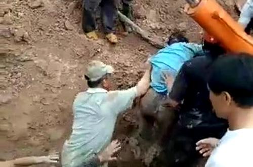 Nạn nhân được cứu ra khỏi hố sâu. Ảnh: Hoài Thanh.