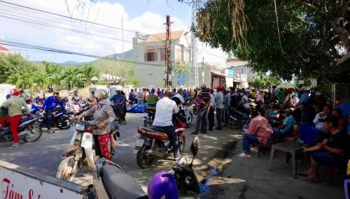 Người vây tập trung trước trụ sở UBND xã Mỹ Thọ để yêu cầu thả người. Ảnh: Phạm Linh.