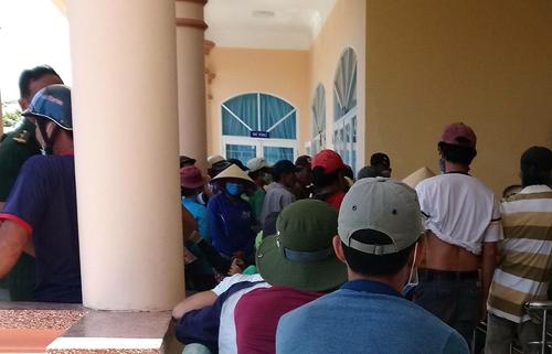 Người dân vây trước phòng làm việc của Bí thư xã Mỹ Thọ. Ảnh: Phạm Linh.