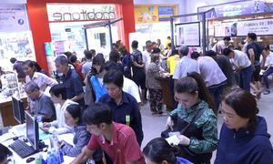 Người Sài Gòn xếp hàng cập nhật thông tin thuê bao điện thoại