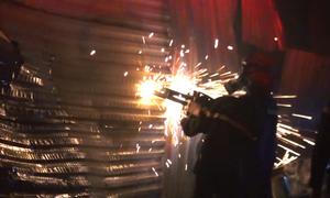 Cảnh sát Hà Nội dùng máy cắt phá cửa chữa cháy xưởng gỗ
