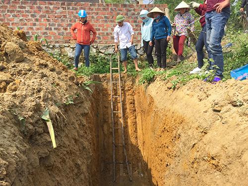 Nhà chức trách đào hố sâu 6 m tìm nguyên nhân dầu rò rỉ. Ảnh: Đức Hùng
