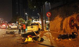 Ôtô bán tải tông hàng loạt xe máy ở trung tâm Sài Gòn, 2 người tử vong