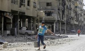 Thanh sát viên quốc tế thu thập mẫu vật ở Douma