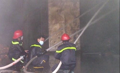 Sau hơn hai giờ bùng phát dữ dội, đám cháy được không chế, dập tắt. Ảnh: Nguyệt Triều.