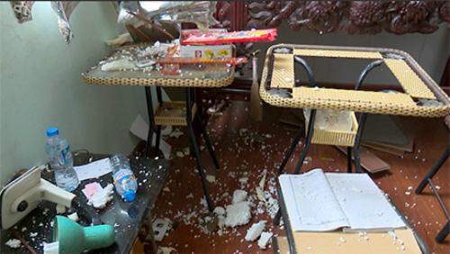 Đồ đạc, bàn ghế trong ngôi nhà vớinhiều mảnh vỡ khibình khí rơi vào.Ảnh: Báo Yên Bái