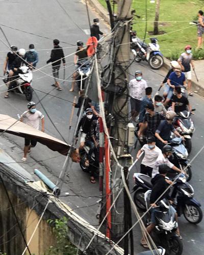 Hàng chục thanh niên tham gia vụ hỗn chiến. Ảnh: CTV