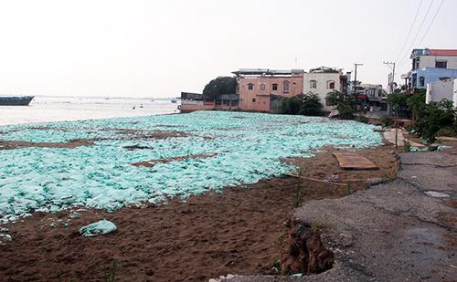 Vị trí hố xoáy sạt lở cuốn trôi hàng loạt nhà dân ở bồ sông Vàm Nao được lấp đầy, kè đá bên ngoài. Ảnh: Cửu Long.