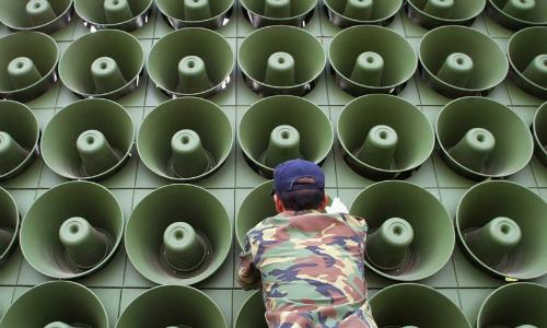 Lính Hàn Quốc tại dàn loa tuyên truyền ở biên giới với Triều Tiên năm 2004. Ảnh: NBC.