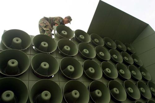 Một giàn loa tuyên truyền công suất lớn được Hàn Quốc bố trí ở khu vực biên giới giáp Triều Tiên. Ảnh: ABC.