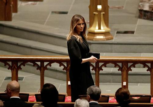 Ảnh Melania cười với Obama tại lễ tang gây sốt mạng xã hội