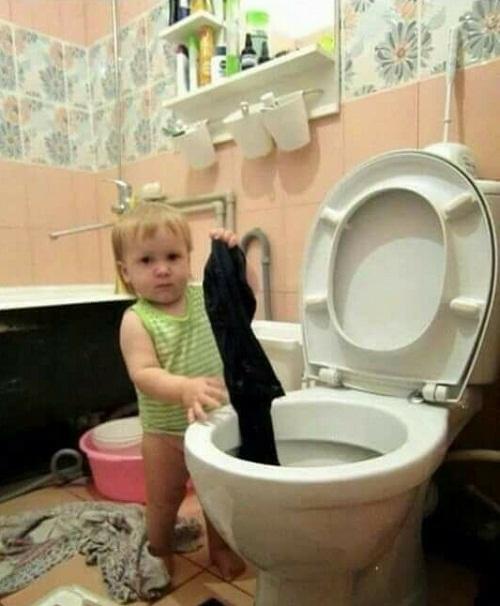 Khi con trẻ phụ giúp bố mẹ.